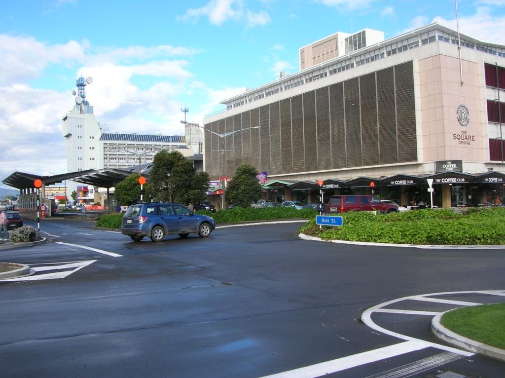 Im Hintergrund der zentrale Bus-Bahnhof in der Main Street.