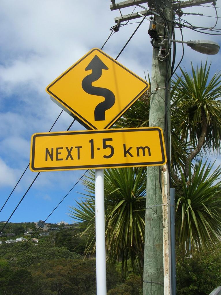 Kurvenreiche Straße. Verkehrsschild aus Wellington.