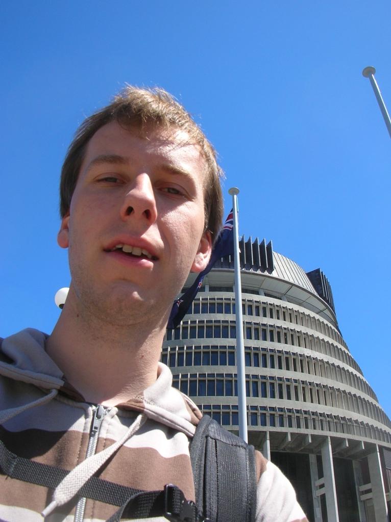 Ich vor dem Parlamentsgebäude.